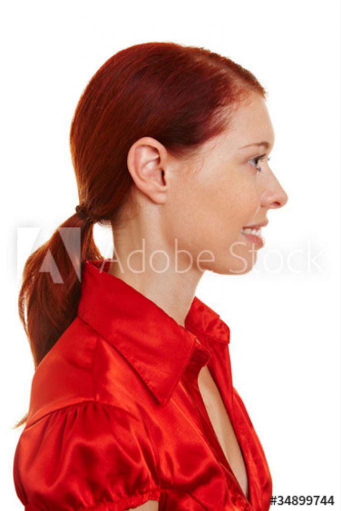 Junge Frau mit roten Haaren©Robert Kneschke - stock.adobe.com