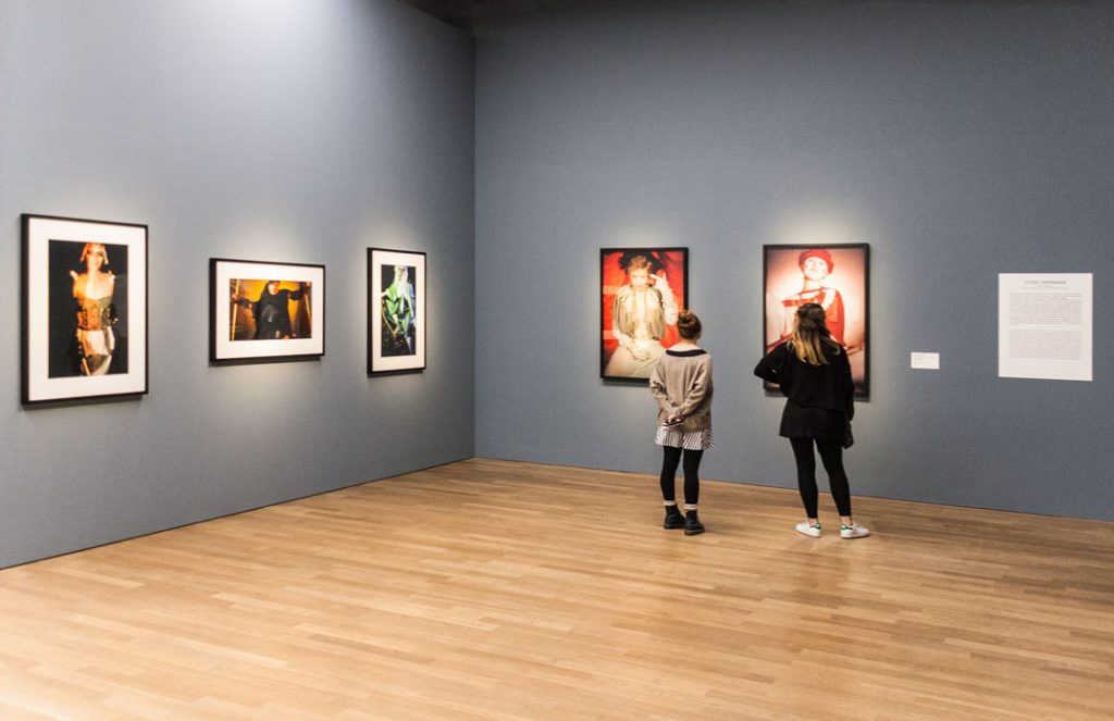 Besucherinnen der Ausstellung