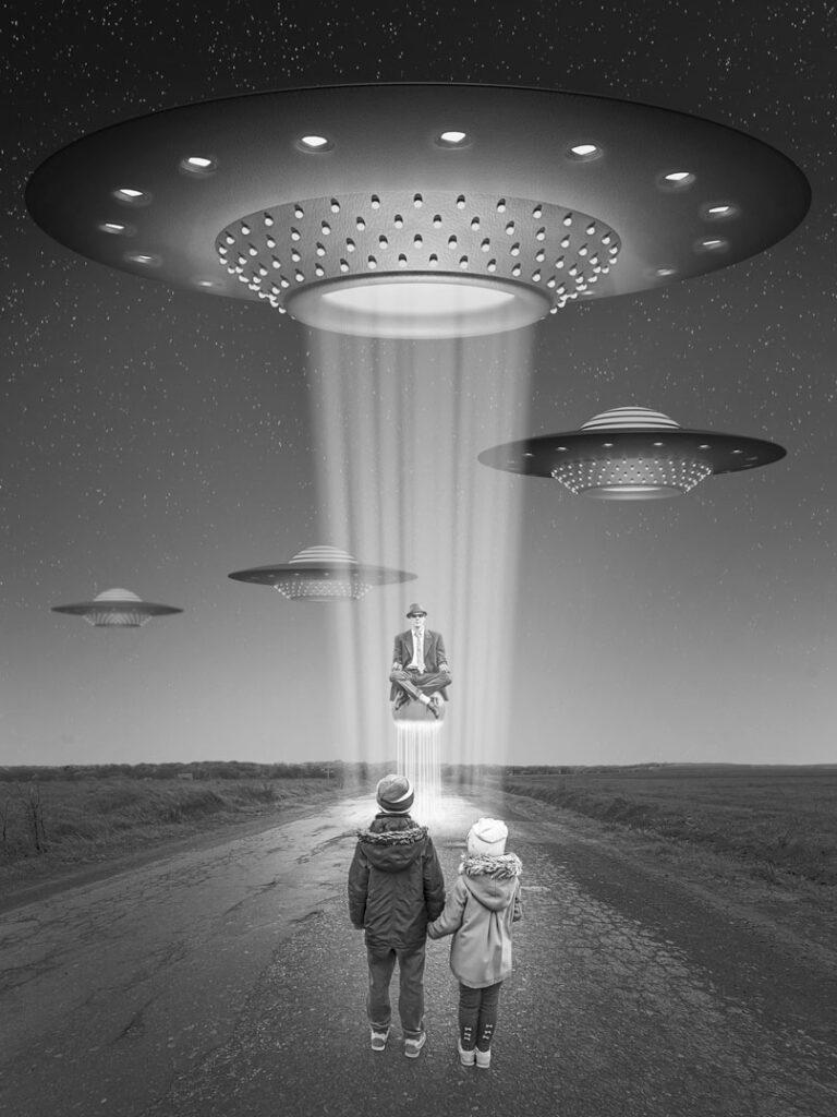 Ufo #3 / 2020; Montage: L.Wiese; Fotos: ©bilanol - , ©Stefan Schurr - stock.adobe.com, L.Wiese